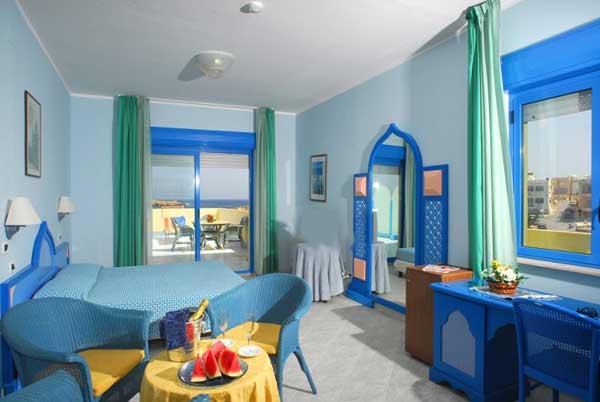 Lampedusa un viaggio tra mare, spiagge, hotel e residence.